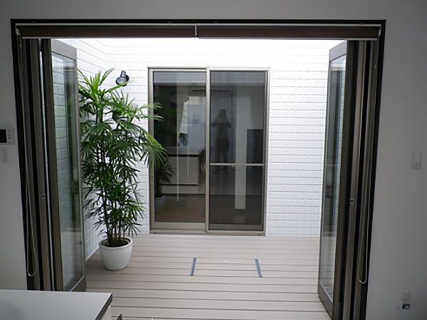 玄関を開けるとまず目に飛び込んで来るのが中庭! 大きなFIX窓を採用し開放感抜群です!バーベキュー、コーヒータイムが楽しめます。