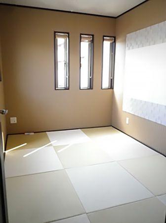 たたみは和紙たたみを採用。壁面にはデザインを施し、スリットガラスから差し込む優しい光が、安らぎタイムを演出してくれます。