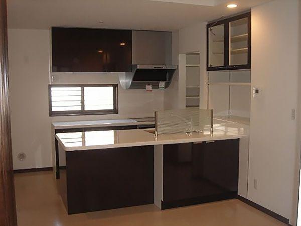 シンク横の収納棚はキッチンと合わせつつ、更に収納力をUPさせました。