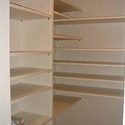 シンク横の収納棚はキッチンと合わせつつ、更に収納力をUPさせました。家事動線も考慮した設計にしました。