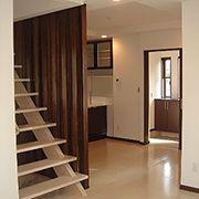 DK部分は少しでも開放的な空間を作り上げる為に、スリット階段と飾り格子を使い、広さを演出しました。