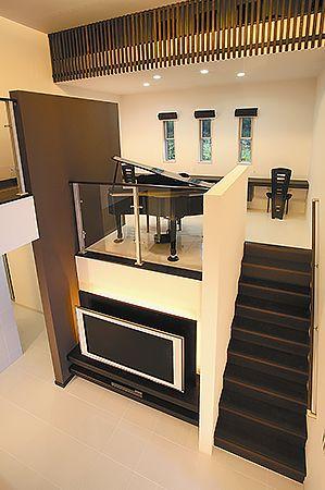 中2階位置するスペースに、素敵なピアノコーナー設置。家族のつながりがしっかりと持てる、洗練された空間になっています。