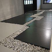 和室に向かう廊下は飛び石に白い小石で静寂を演出しています。