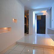 玄関ドアを開けると真っ白な空間の向こうに、海をイメージしたブルーの間接照明に照らし出された空間が、とても幻想的です。