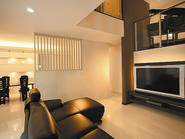 リビングと先には、おしゃれなダイニングが広がります。キッチン周りの道具や食材は、シンプルデザインの収納スペースに納められようになっています。
