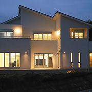 ホワイト、ブラック、シルバー、ブラウンの基本4色を使ったスタイリッシュな建物。
