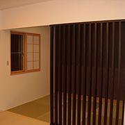 和室とリビングの間に格子を設け、個室的な空間に仕上げています。格子にすることにより、独立性は和らぎ、家族の気配をいつでも感じ取れるようになります。