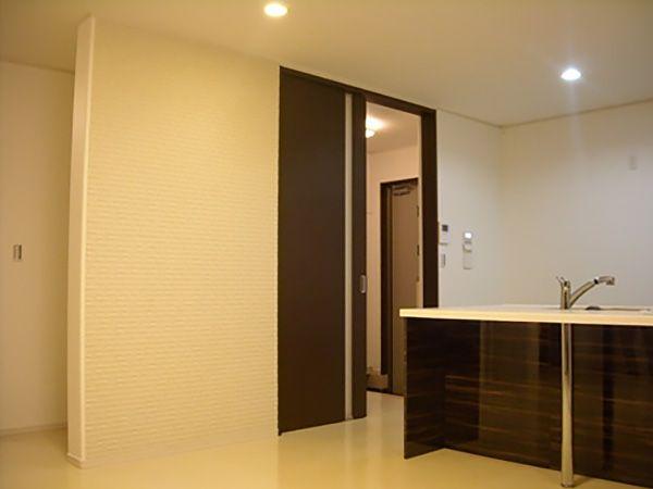 ダイニングの壁には、エコカラットを採用。調湿、消臭効果でいつでも爽やかな空間に保ちます。