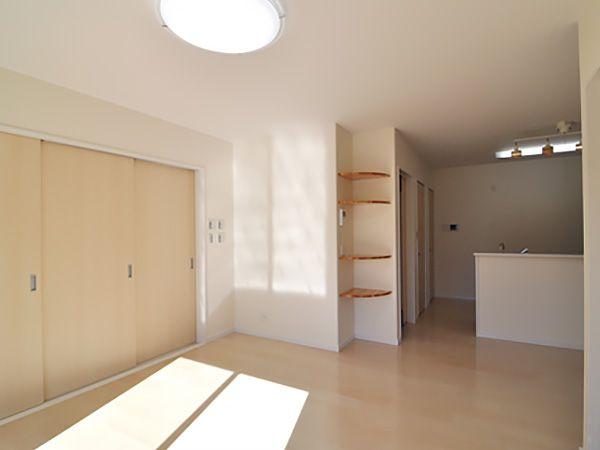 キッチンまで見渡せる1つの空間。太陽の光が注ぎ込む、明るいリビングです。