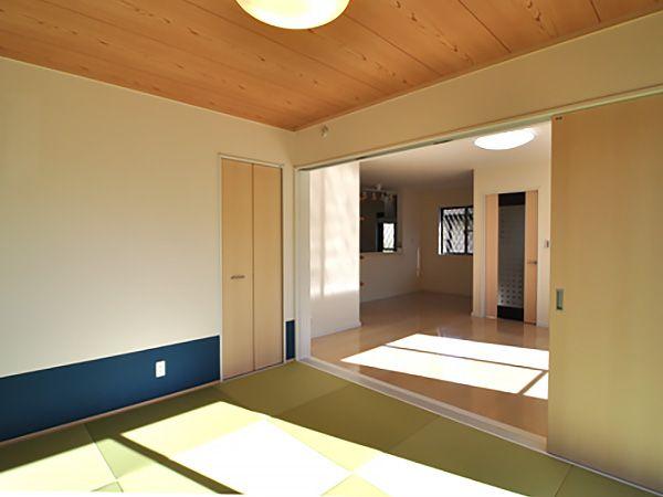 和室は足元のクロスをアクセントに、明るさも取り入れながら、モダンにな現代和室が出来上がりました。