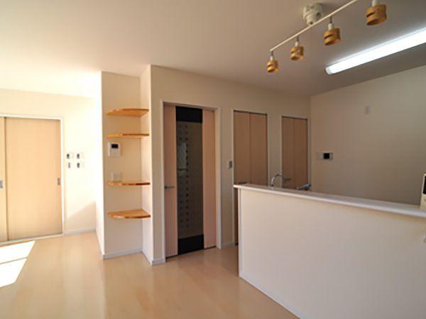 キッチンそばには、収納力たっぷりのパントリーを設けました。いろいろな物がストック可能です。