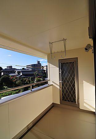 寝室の南面には、大型のバルコニーを設置。バルコニーを覆う屋根が雨から洗濯物を守ってくれます。