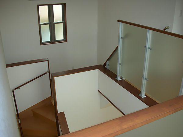 一見普通のリビング吹抜けと思いきや、リビング階段の途中にスキップフロアを採用しております。リビングからの視覚を遮る為、壁も高くしており、ちょっとしたプライベート空間です。様々な用途ができる空間です。