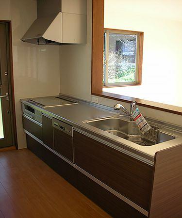 対面キッチンも使いやすくシンプルなものを選択。上品で機能的なキッチンです。