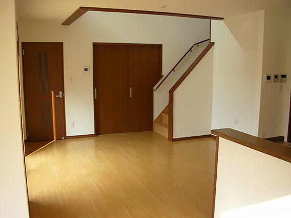 リビング、ダイニング、スキップフロアと分けた、LDKは動きやすい動線で、なおかつ、それぞれが使いやすく区分されたスペースを保っております。引戸の奥はご主人の仕事場スペースとなっております。