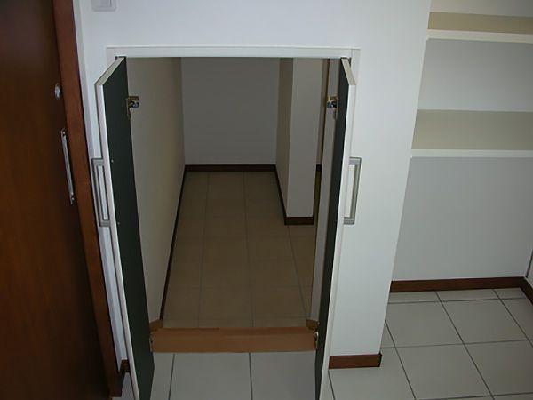 洗面所そばの階段下隙間を利用した収納。扉を開けると、半地下の収納が姿を現します。