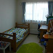 トータルコーディネートされたお子さまの部屋。とてもかっこよい雰囲気になっています。