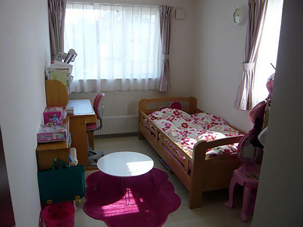 トータルコーディネートされたお子さまの部屋。とてもかわいい雰囲気になっています。