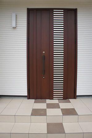 木目調の落ち着いた玄関ドア。実は、風抜きが出来る優れもの。防犯上にも有効で、安心して暮らすことができます。