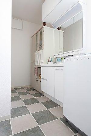 白を基調に明るい洗面所が出来上がりました。物が増えても充分な収納。大満足です。