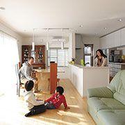 温かな陽射しが家族団欒の空間にたっぷり差し込む家