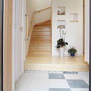 正面には雑貨を飾れるニッチを取り付けています。 階段が奥行き感を出しています。