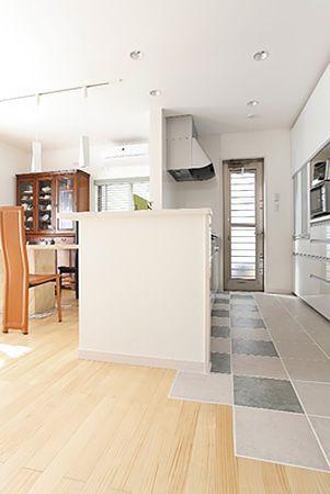 キッチンは魅力的な価格のうえに標準仕様での設備が多いので、予算内で理想のキッチンが実現できました。床材にはタイルを利用し、お掃除も楽しくできます。