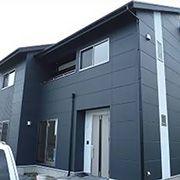 黒×黒でシックにまとめたモダンな外観。お客様曰く、ご友人からの評判も良いそうで、この建物を参考に今ご建築の計画をされているとか!