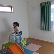 お子様が小さいうちは、ご家族みんな一緒にひとつのお部屋でお休みになられるそうなので、今は広い遊び場としてご使用されています。