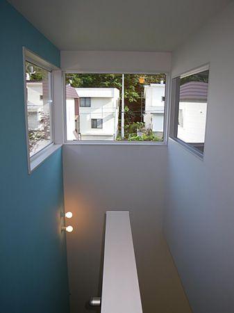 吹き抜けの窓から繋がるブルーの壁は、いつも爽やかな気持ちにさせてくれます。