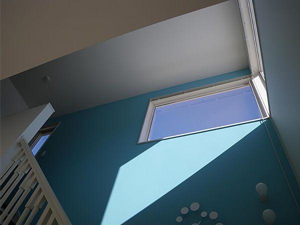 階段は開放感のあるオープン手摺になっており、吹き抜けの窓から繋がるブルーの壁は、いつも爽やかな気持ちにさせてくれます。