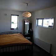 2階にある寝室は少雰囲気を変えてフローリングも茶色を使用☆ シックで大人な空間に仕上がっています。
