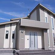屋根や凹凸を多くし、メリハリを演出。白を基調とした配色に合わせ、柔らかい色合いでまとめました。