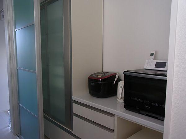 冷蔵庫はキッチンカウンターの奥に、レンジなどの家電はパントリーの中へ。