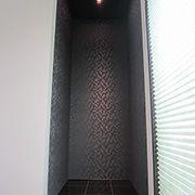 和モダンさを主張するため、縁なしの琉球畳を使用。飾り間はイタリア製の磨きタイルでこだわりを取り入れました。
