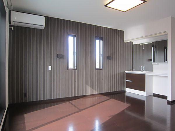 床をダークブラウン色にし、疲れを癒してくれる落ち着きのある空間をつくりだしています。パウダースペースや大型ウォークインクローゼットにより生活動線も考えた設計になっています。