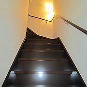 メイン階段の他にウォークインクローゼットから延びる階段が。この先に、何かがありそうだ!