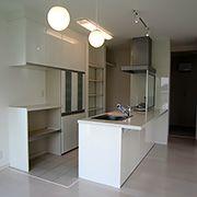 キッチンやカップボード、キッチン床、ずべてにおいて白にこだわりました。キッチン床はをタイルで仕上げになっています。