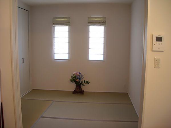 LDK横の和室はシンプルな趣にして、季節のお花を飾ってます。