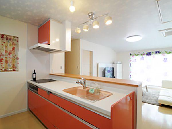 色を決める際、悩みました。と奥様。太陽の光と融合をテーマにオレンジ色のキッチンを選択しました。明るい空間にとても映えています。
