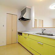 キッチンの横には、食品等を収納可能なパントリーを配置。とても便利で機能的な空間に仕上がりました。