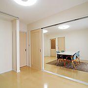 1階の寝室とLDKの仕切りが3枚引込戸なので、すべて戸をあけるとLDKと合わせてとても開放感のある空間になります。