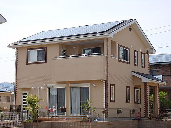 お施主様こだわりの南仏を思わせる かわいらしいプロヴァンス風に出来上がりました。屋根には太陽光発電を搭載し、エコな住宅が完成しました。