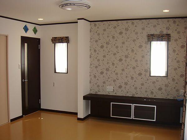 広いリビングの中に、ポイントでアイアン飾り付の照明器具と、リビングドア上にはカラフルなガラスブロック、更に、アクセントクロスでリビングが華やかになりました。