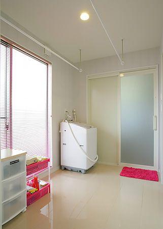 大きな窓から差し込む 明るい日差しで、お洗濯も楽しくなります。
