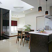 床は白いタイル貼り。、地熱も伝わりやすく、夏でも冬でも快適に過ごせます。