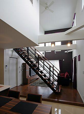 ダイニングとリビングとの間にあるスケルトンタイプの階段。二つの部屋を区切ることなく、大きな空間を作ることができました。吹き抜けから降りてくる日差しが、心地よく朝を迎えさせてくれます。