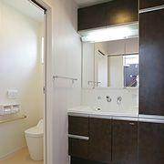 浴室、ランドリールーム、洗面、トイレが一つにまとめ動線を確保。使い勝手の良い空間となっています。