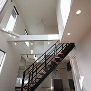 リビングの中央に存在感を感じさせるオープン階段を設置。開放感のある吹き抜けで、いつでも家族の存在を感じることができます。