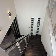 階段下のガラスブロックは、見た目だけではありません。奥の水廻りへ光を届けてくれます。